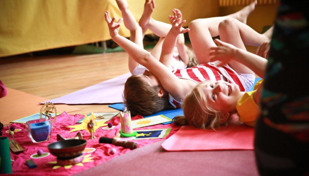 Lachen und Bewegung beim Kinderyoga Credit: Gersin Livia Paya