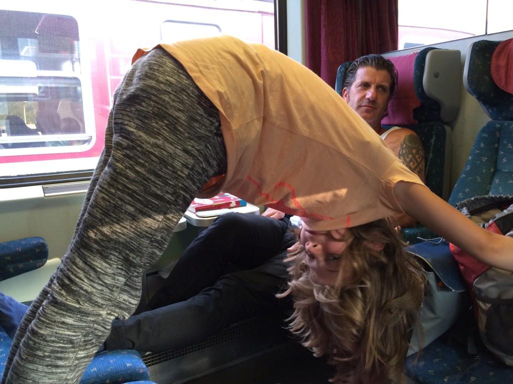 Zum Abschied aus Prag und zum Ende der Reise doch noch etwas mit Yoga und Kindern: Kinderyoga im EC 170 von Prag nach Berlin!