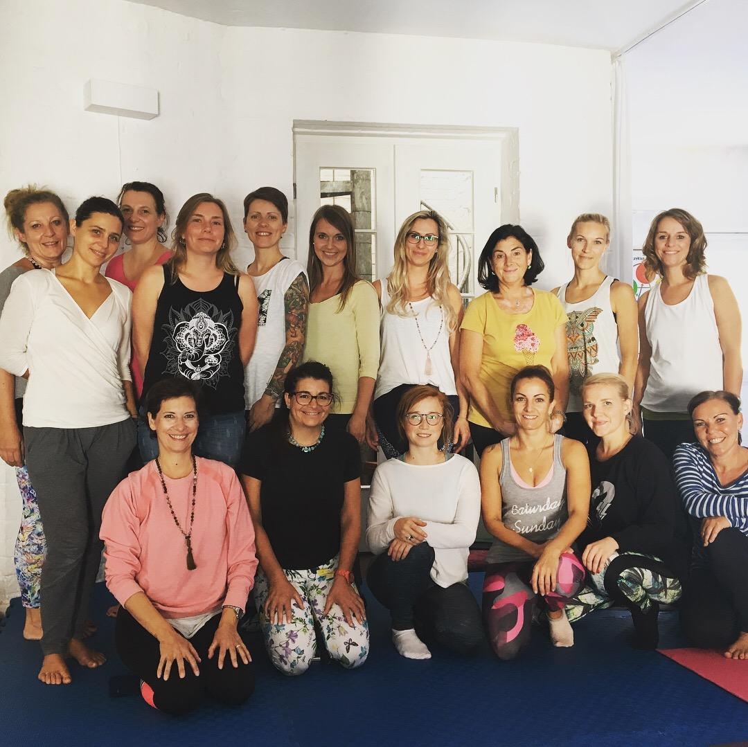 Die glücklichen Teilnehmer der Eltern-Kind-Yogalehrerausbildung 2018 in Berlin