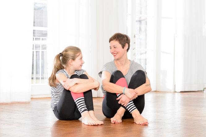 kinderyogalehrerin-andrea-helten-und-tocher-lily-im-interview-mit-dem-mama-yoga-blog-momazing-über-ihr-buch-yoga-für-dich-und-dein-kind